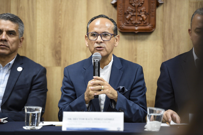 Director General del OPD Hospital Civil de Guadalajara (HCG), doctor Héctor Raúl Pérez Gómez, hablando frente al microfono durante rueda de prensa