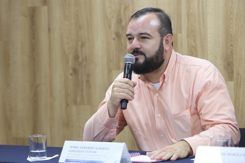 Maestro Gerardo Alberto González Cuevas, especialista del Departamento de Producción Forestal, del Centro Universitario de Ciencias Biológicas y Agropecuarias de la Universidad de Guadalajara; con micrófono en mano haciendo uso de la palabra, durante rueda de prensa.