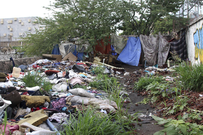 Un lote baldío convertido en vivienda por personas de bajos recursos economicos