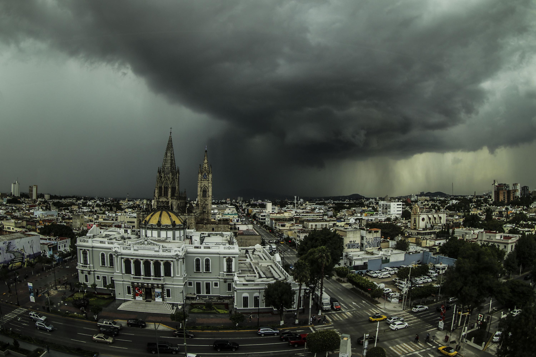 Vista panorámica de la zona centro de Guadalajara que muestra una tormenta en curso