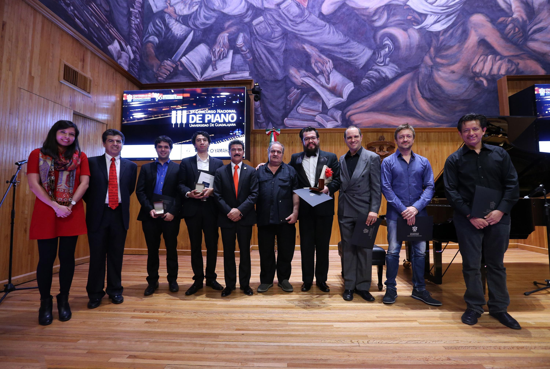 Ganadores. jueces y autoridades del CUAAD en foto grupal en el paraninfo