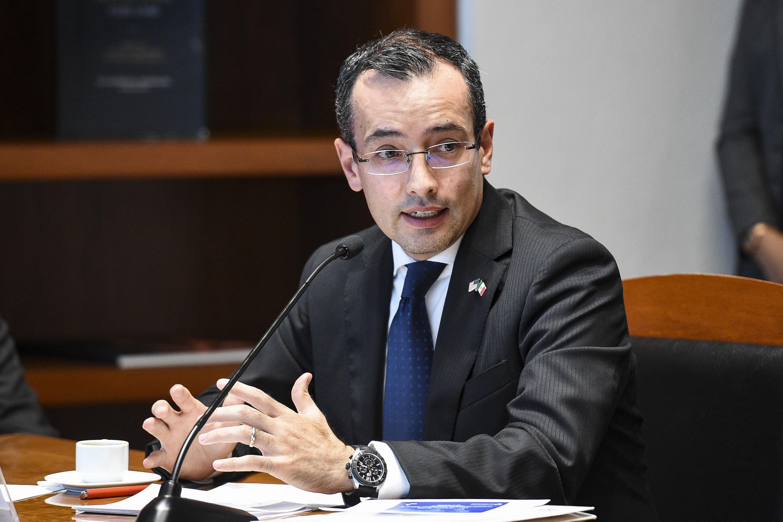 Doctor Carlos Iván Moreno Arellano, Coordinador General de Cooperación e Internacionalización de la UdeG, frente al micrófono haciendo uso de la voz.