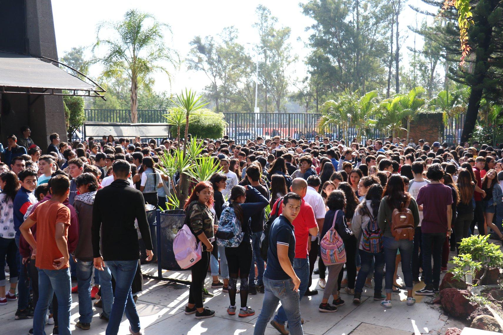 Un enorme grupo de alumnos de la prepa 10 en la explanada de su escuela