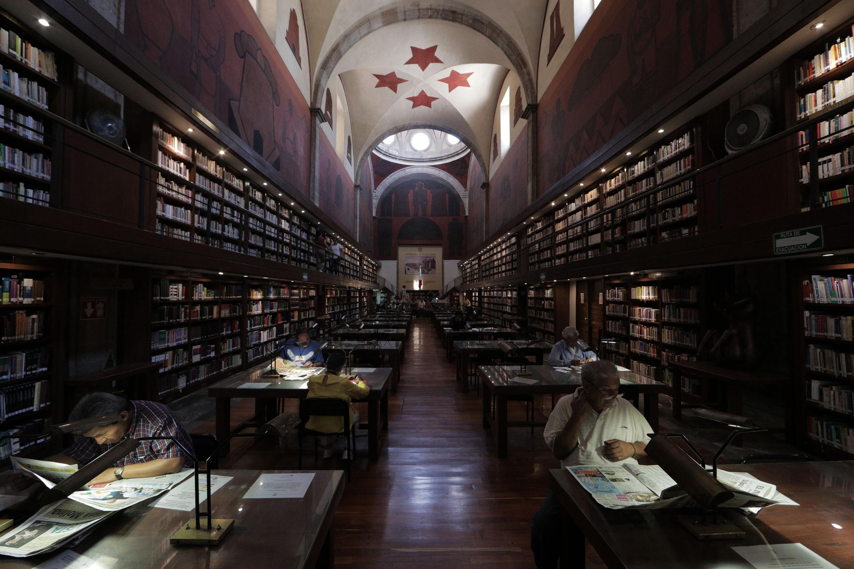 Personas haciendo uso de una biblioteca pública.