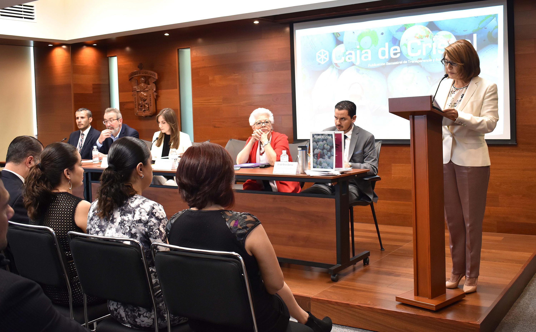 Al microfono de la presentacion la doctora María Esther Avelar Álvarez Rectora de UDGVirtual