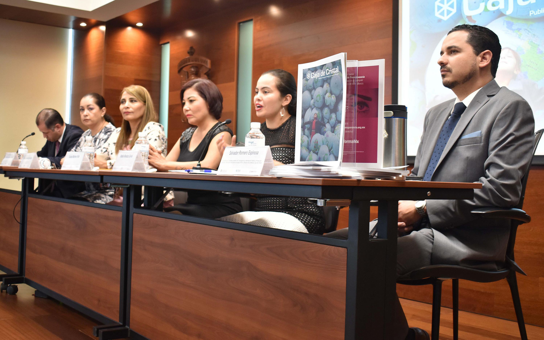 Los cinco articulistas hablaron de la revista Caja de Cristal  en la mesa de presidium