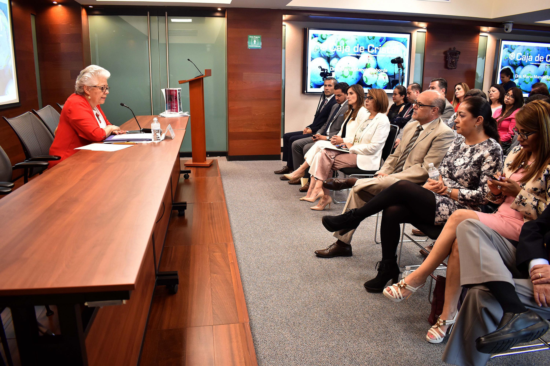 doctora María Marván Laborde durante la conferencia que dictó, al finalizar la presentación de la Revista