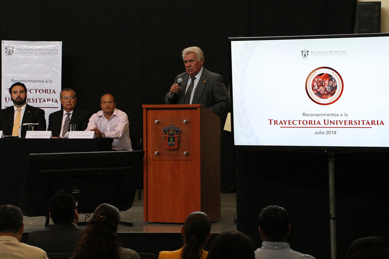 Francisco Flores Aguirre, reconocido por 25 años de trayectoria hablo al microfono