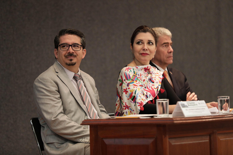 Vicerrectora Ejecutiva, doctora Carmen Enedina Rodríguez Armenta y el Rector del CUCEA maestro José Alberto Castellanos Gutiérrez, durante la ceremonia de inauguración