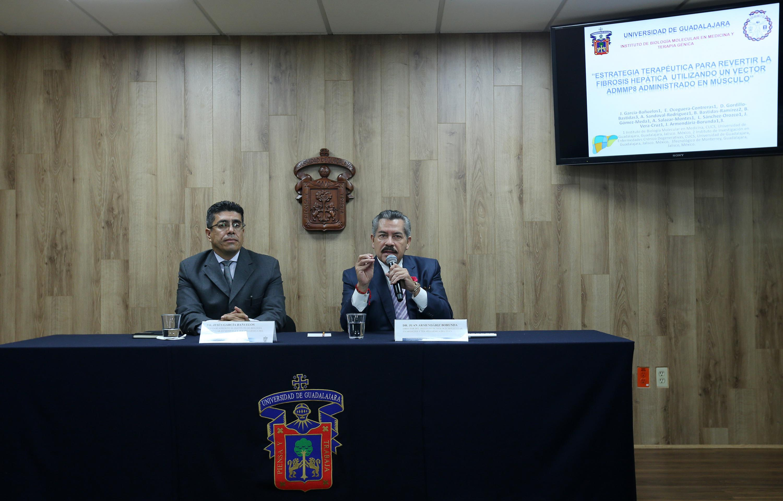 Director del Instituto de Biología Molecular en Medicina y Terapia Génica, del Centro Universitario de Ciencias de la Salud (CUCS), doctor Juan Armendáriz Borunda, participando en rueda de prensa
