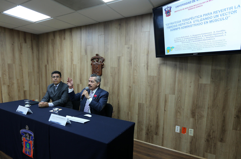Director del Instituto de Biología Molecular en Medicina y Terapia Génica, del Centro Universitario de Ciencias de la Salud (CUCS), doctor Juan Armendáriz Borunda, haciendo uso de la palabra durante rueda de prensa