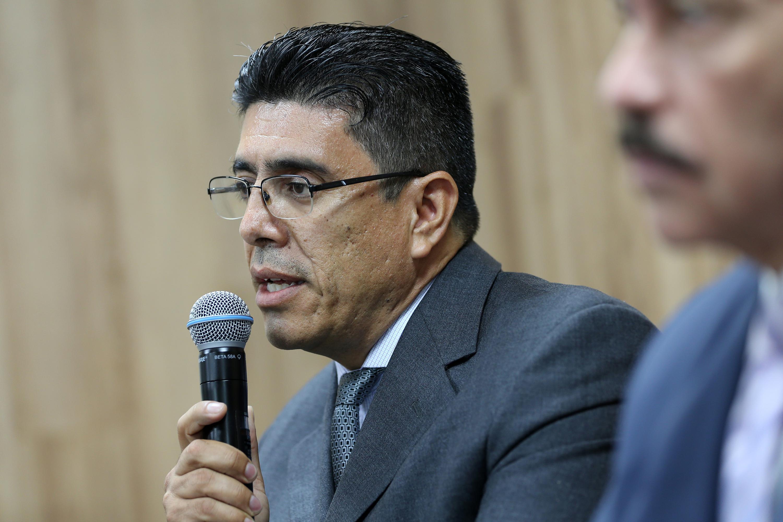 Doctor Jesus Garcia Bañuelos participando en rueda de prensa