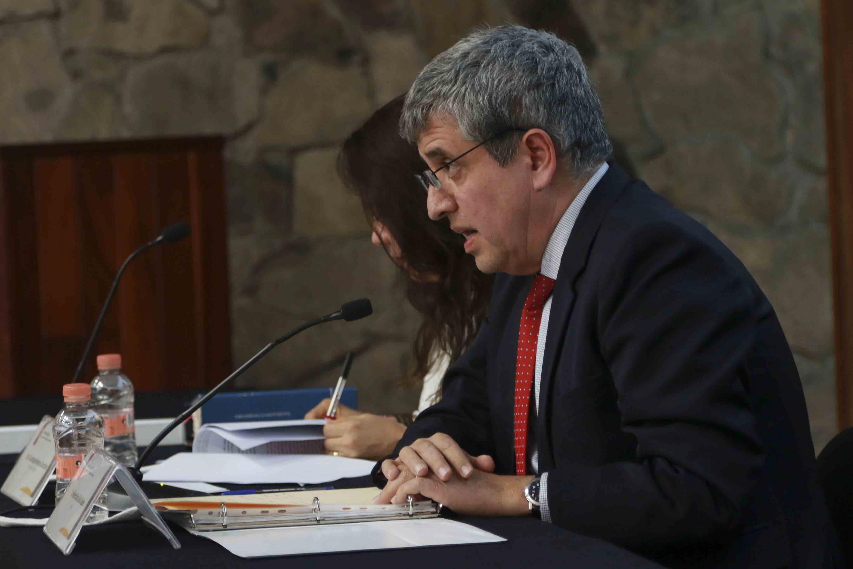 El doctor Héctor Raúl Solís Gadea presidiendo la sesión del Consejo del CUCSH