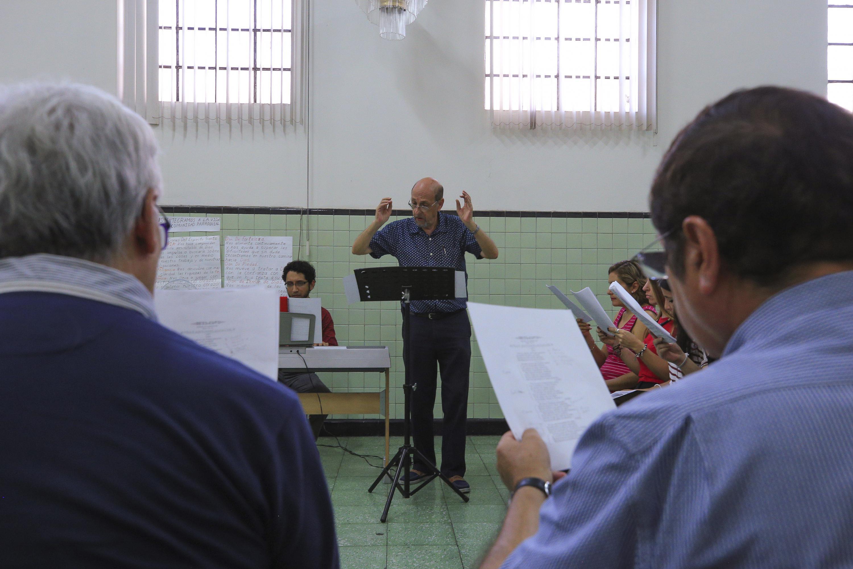 el maestro Sergio Ángel Sandoval Antunez durante los ensayos del himno a Fray Antonio Alcalde