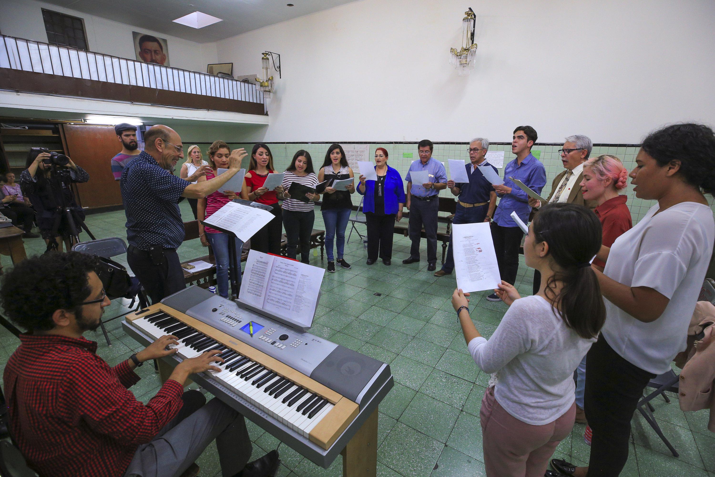 Ensayo del Himno a Fray Antonio Alcalde con su director, musico y coros