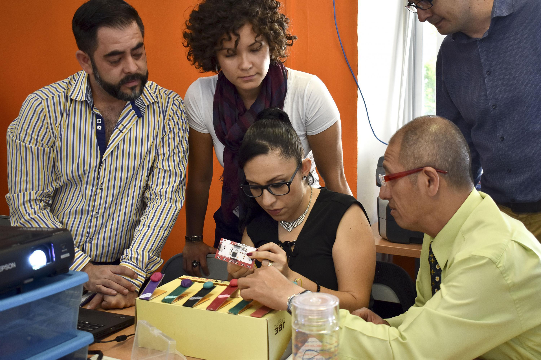 """Profesores de educación básica, media superior y superior participando en el curso-taller """"Fundamentos Maker"""""""