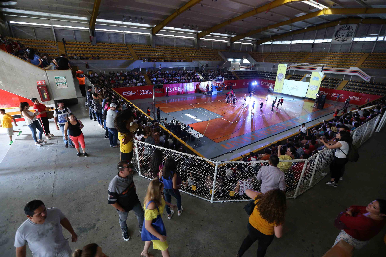 Vista panorámica del Coliseo Olimpico de la UdeG, mientras niños participantes en los cursos de verano demuestran sus habilidades y dominio de la pelota.