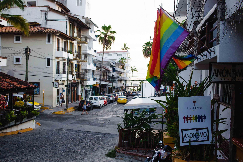 Vista panorámica de un zona turística de Puerto Vallarta, en donde uno de los locales, portan banderas alusivas a la comunidad LGBT.