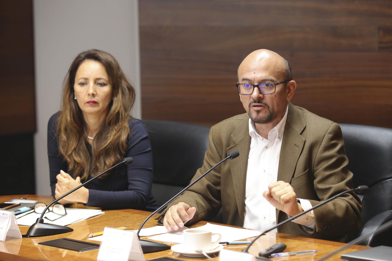 Maestro Mauro Antonio Vargas Urías, Director General de la Asociación Civil Gendes (Género y Desarrollo), frente al micrófono haciendo uso de la voz.