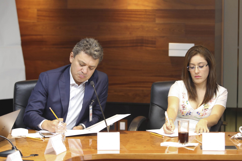Miembro de la Región Centro Occidente (RCO) de la ANUIES, firmando acuerdos del taller.