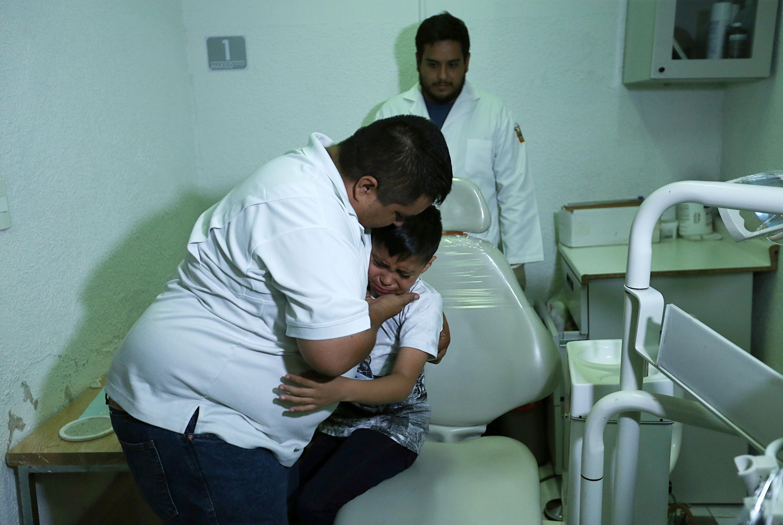 El niño abraza a su papá y ambos lloran de emocion