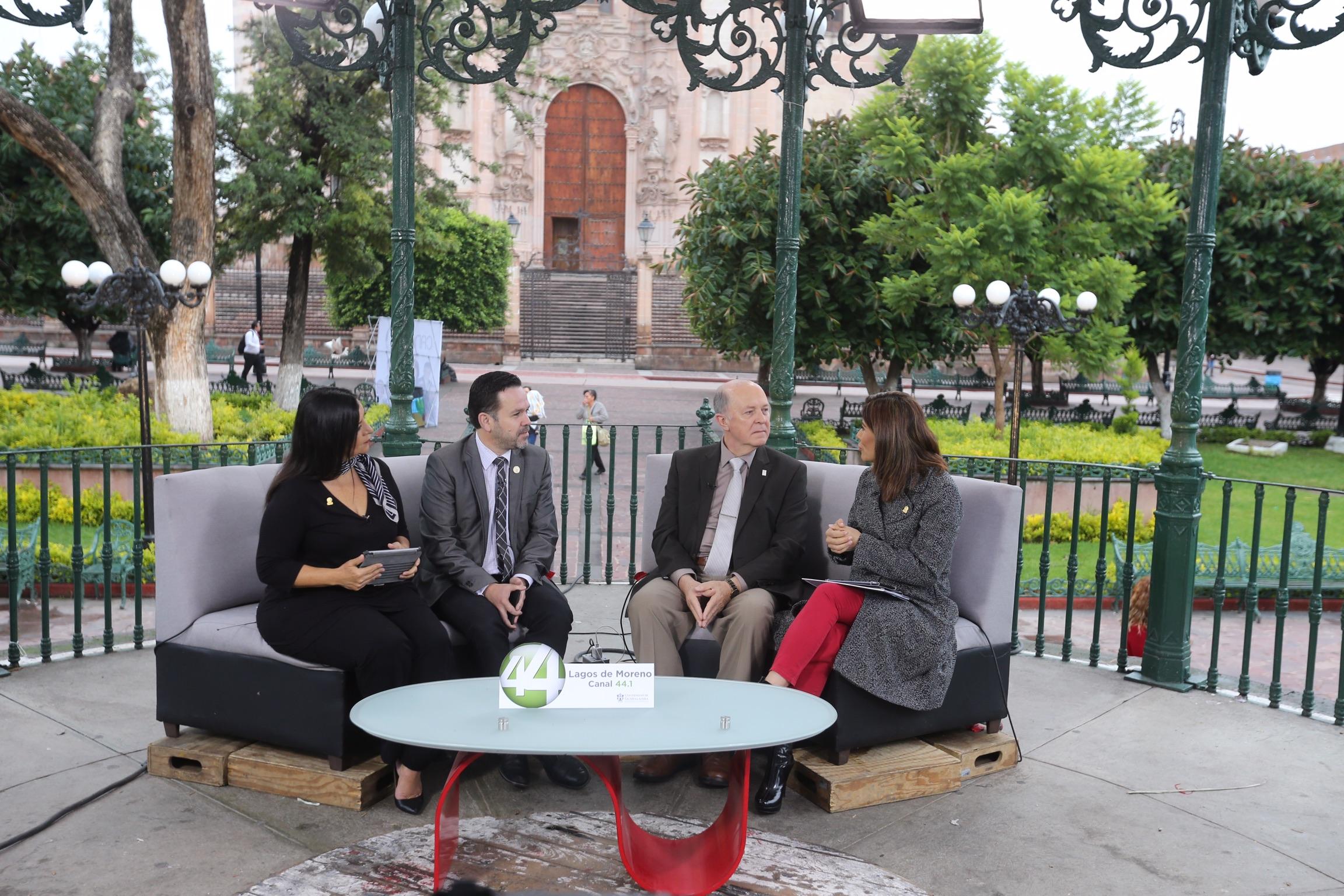 Rector de la UdeG, doctor Miguel Ángel Navarro Navarro, en entrevista para el noticiario Señal informativa, en la plaza principal de Lagos de Moreno