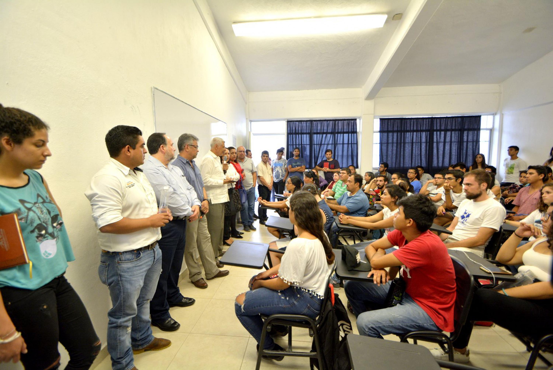 La reunión de estudiantes, profesores de CUCSUR y autoridades municipales fue en una aula del centro