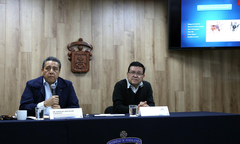Los investigadores Magallon Gastelum y Moya Raygoza se presentaron en la sala de prensa de UDG