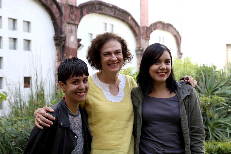 Las ganadoras del concurso y la directora del Instituto de Neurociencias sonrien a lacamara