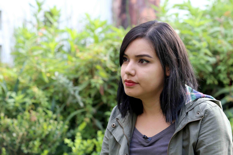 Retrato de la estudiante en un jardin