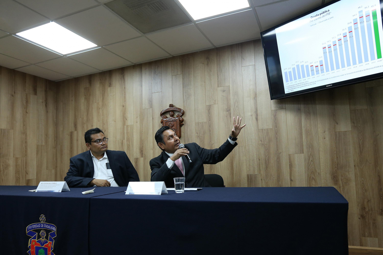 Investigador del Departamento de Administración, del Centro Universitario de Ciencias Económico Administrativas (CUCEA), doctor Clemente Hernández Rodríguez, mostrando una gasifica del la deuda publica