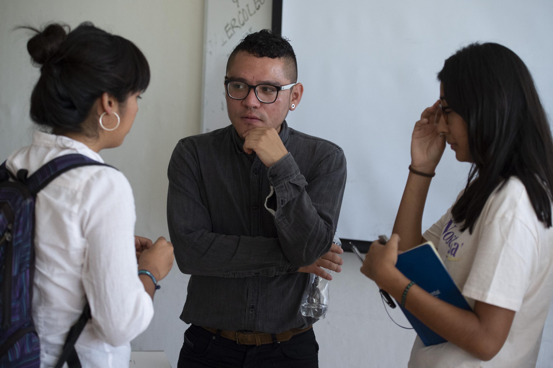 Guillermo Rivera escucha las dudas de dos alumnas de CUCIENEGA