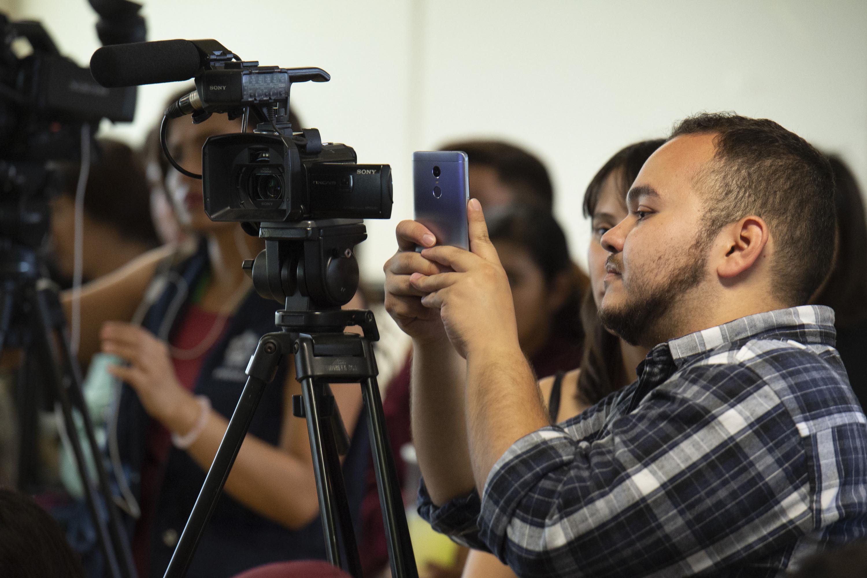 Estudiantes de periodismo graban en video y transmiten por la red la conferencia