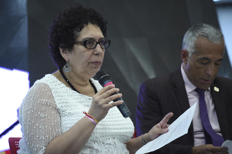 La directora de la Editorial Universitaria hablando al microfono de los resultados