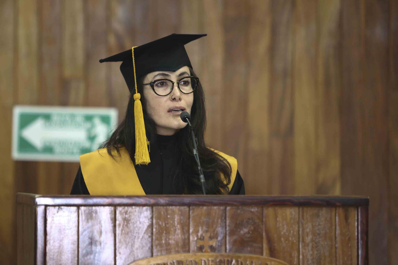 Alexandra Anabel López Carbajal, estudiante de la Licenciatura en Gestión Cultural durante su intervencion al microfono