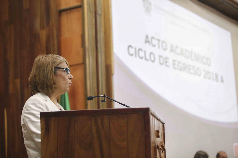 doctora María Esther Avelar Álvarez durante la toma de protesta de los egresados