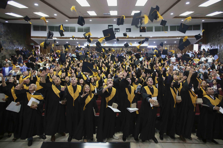 Al termino de la ceremonia los estudiantes lanzaron sus birretes