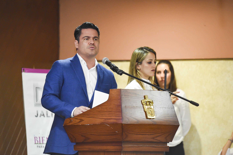 Maestro Jorge Aristóteles Sandoval Díaz, Gobernador de Jalisco; en podium del evento haciendo uso de la palabra.