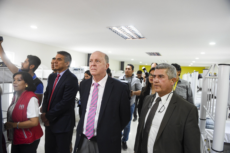 Rector General de la Universidad de Guadalajara, doctor Miguel Ángel Navarro Navarro, acompañado de autoridades del Hospital Civil, recorriendo las áreas de descanso de la sala de usos múltiples.