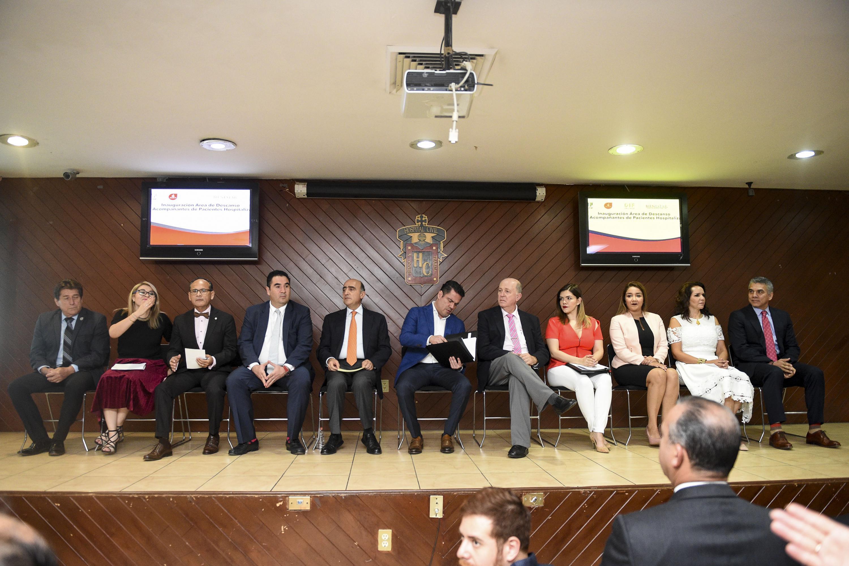 Inauguración del área de descanso para familiares del Hospital Civil, por parte de autoridades universitarias, estatales y del nosocomio.