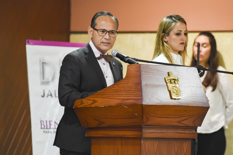 Doctor Héctor Raúl Pérez Gómez, Director del OPD Hospital Civil de Guadalajara; en podium del evento haciendo uso de la palabra.
