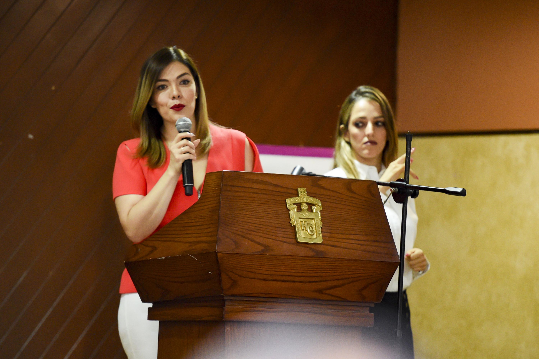 Maestra Lorena Jassibe Arriaga de Sandoval, Presidenta del DIF Jalisco; en podium del evento haciendo uso de la palabra.