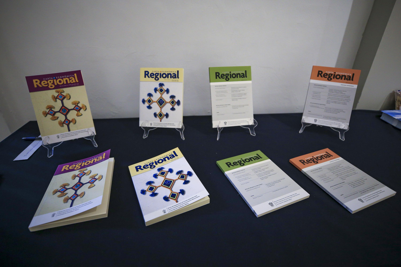 Algunos ejemplares de la revista Carta económica regional