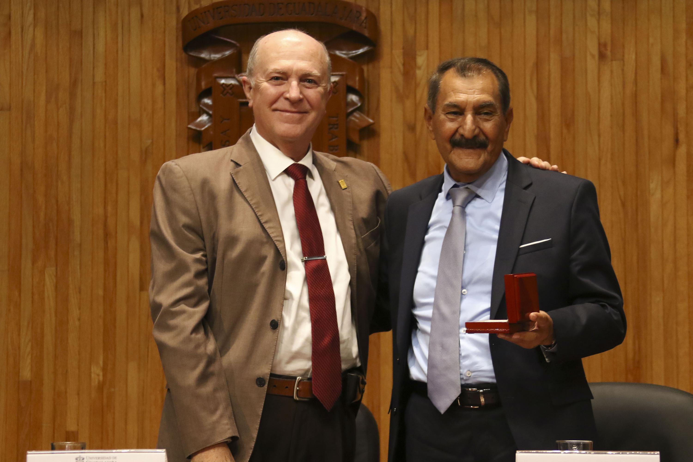 El rector general de la UDG y el Doctor Jesus Arroyo muestran el reconocimiento