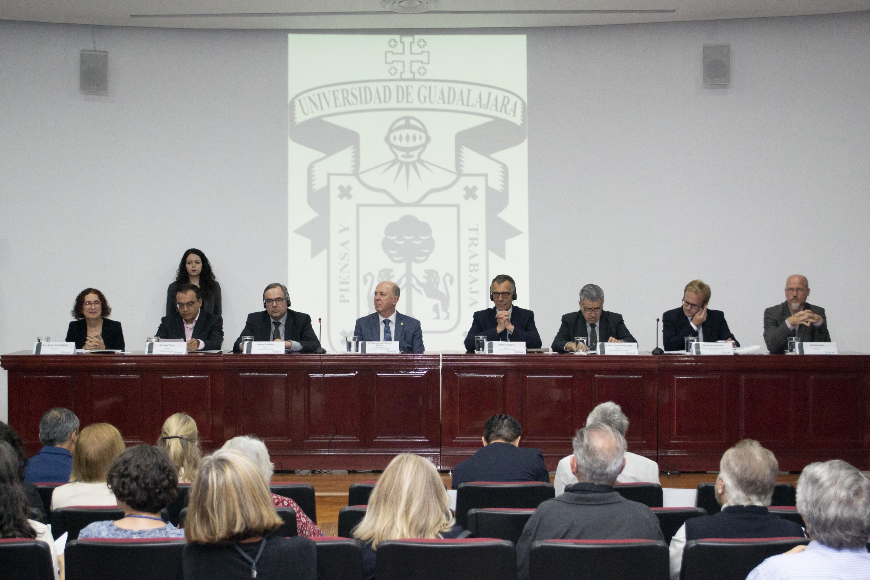 8 personas estuvieron sentadas en la mesa de presidium del evento