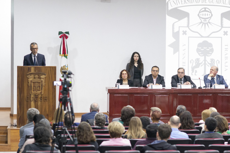 El presidente del  Centro de Estudios Avanzados de América Latina anunciando el inicio del congreso