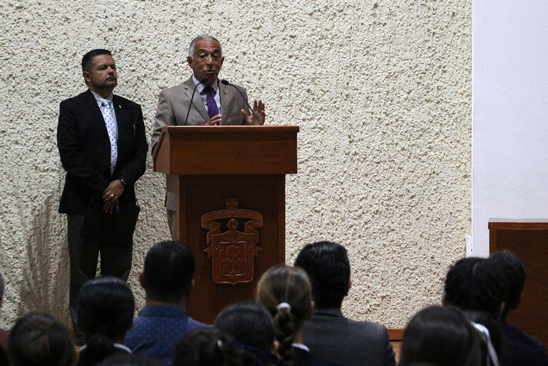 El rector del CUSUR hablando desde el podium a los miembros de la audiencia