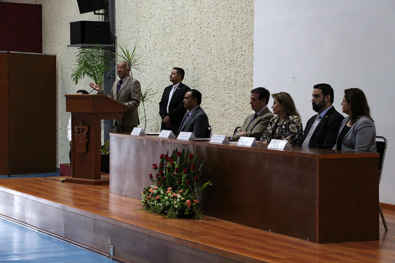 El rector de CUSUR hablando hacia los miembros del presidium