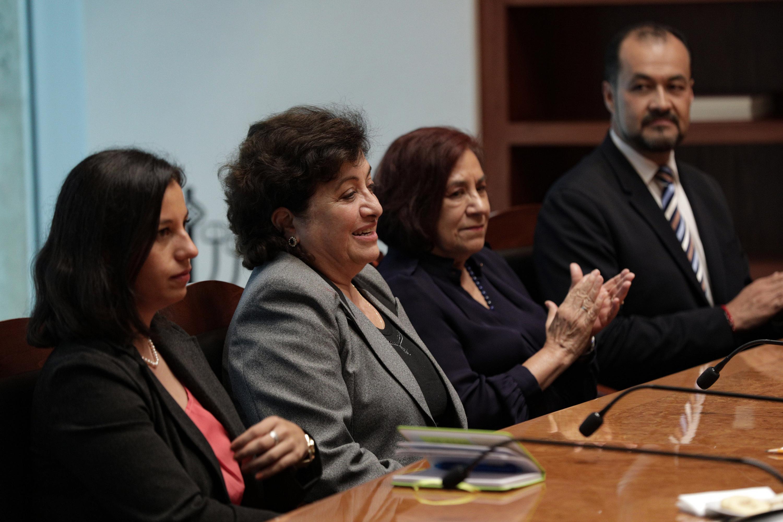 Mujeres asistentes a la firma del convenio