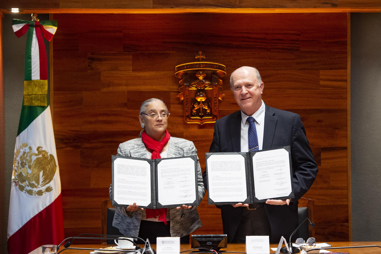 La licenciada María Marcela Eternod Arámburu y el doctor Miguel Angel Navarro Navarro muestran el acuerdo firmado